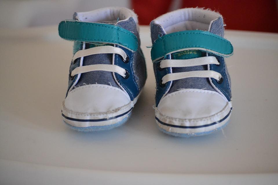 幼児の小さな靴